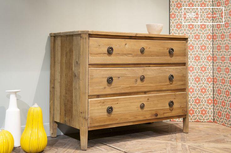 Interamente realizzata in vecchio legno lucido, la cassettiera Sonia ha il fascino di un mobile di seconda mano, mostrando la praticità di un design moderno.