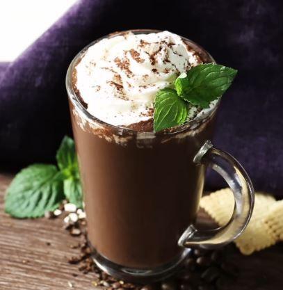 Smoothie de Café  Você vai precisar de:      1 xícara de café forte     1 banana     20 g de aveia     1 colher de sopa de cacau em pó sem açúcar     canela (a gosto)     250 ml de leite ou leite de soja     1 colher de chá de mel  Como fazer:      Prepare o seu café e deixe esfriar. Coloque-o em uma forma de gelo e deixe congelar durante a noite.     Na manhã seguinte, coloque os ingredientes restantes em um liquidificador junto com os cubos de café.     Bata até ficar uma consistência meio…