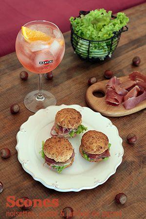 Sandwich de scones aux noisettes, comté & jambon de parme – Aperitivo by Martini