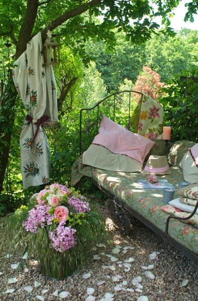 shady spot: Gardens Beds, Cottages Gardens, Shady Gardens, Peace Gardens, Gardens Furniture, Afternoon Teas, Gardens Shades, Vintage Girls, Reading Spots