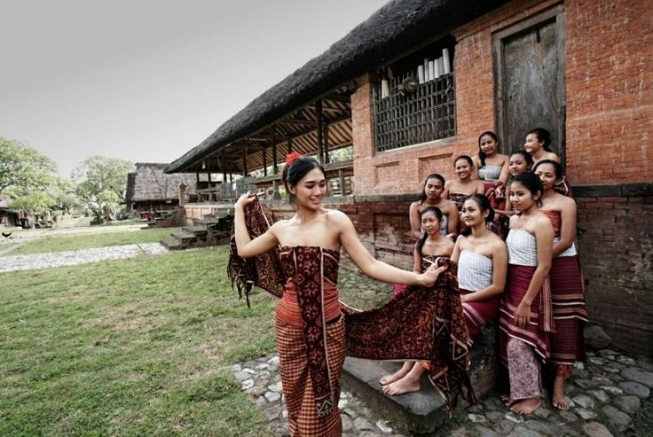 Immerse yourself in the village life and head out on a guided trip to Mas that's located in the southern part of Ubud. Have the authentic experience and take part in their array of activities that includes traditional crafts, cooking classes and astrology sessions.  www.camakilabali.com #camakila #thecamakila #camakilabali #legian #bali Picture by: @vagabond_chica