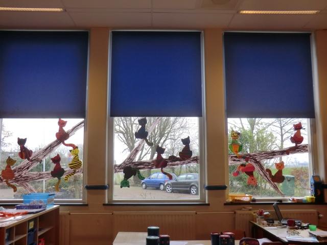 Leuke raamversiering: Een boom vol met poezen