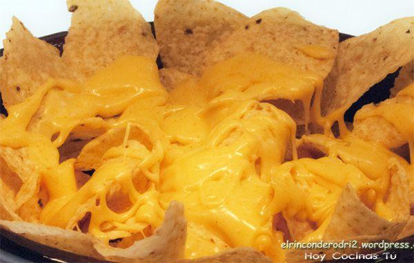 Volvemos con los anglicismos en la cocina con esta receta de Rodri, autor del blog El Rincón de Rodri, que comparte en vuestra sección de recetas Hoy Cocinas Tú, una apetitosa Salsa de queso cheddar para dipear. Actualmente la mayoría reconocemos que un dip es una salsa para mojar.Rodri nos presenta su receta, que será ideal para mojar unos nachos, totopos o aperitivos de maíz, como costumbre arraigada en la cocina Mexicana y Tex-Mex, pero siempre podemos encontrar otras alternativas, casi…