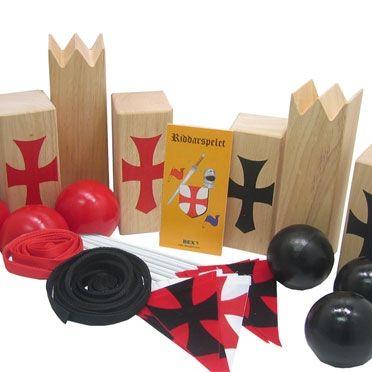 Riddertoernooi biedt weer heel andere speelopties en heeft wat weg van Kubb in combinatie met Jeu de boules. Riddernooi speel je buiten, het liefste op een grasveld, met 2 teams van 1-6 spelers. Door het speelveld te vergroten/ verkleinen maak je het spel moeilijker of makkelijker en is dus aan te passen aan het spelniveau of de leeftijd van de deelnemers.
