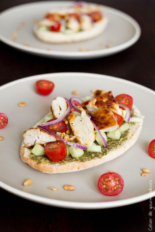 Tartines de pain pita au poulet, crudités et pesto | Pita bread with chicken, raw vegetables and pesto | Cahier de gourmandises