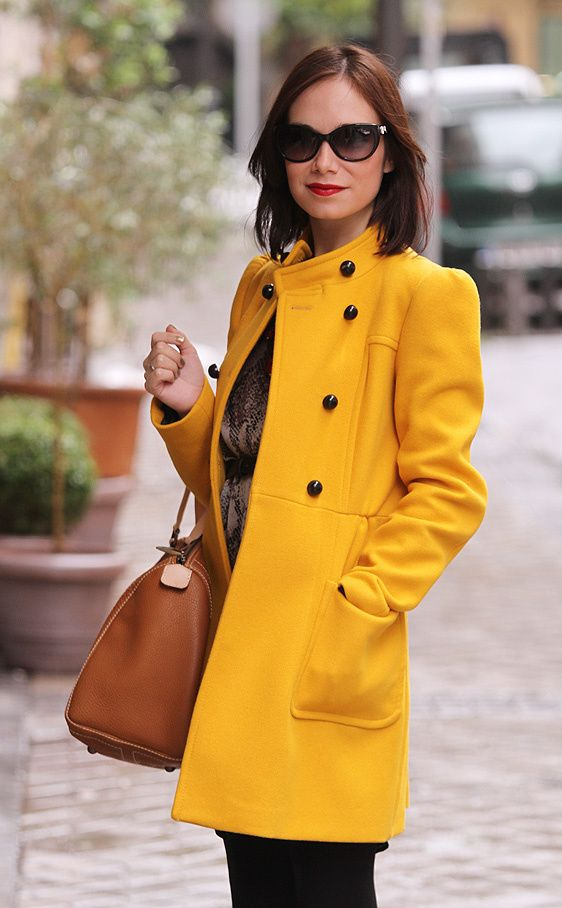 Las ganadoras de VFNO en la calle: Constanza lleva un abrigo amarillo de Zara y un bolso de cuero natural de Carolina Herrera.