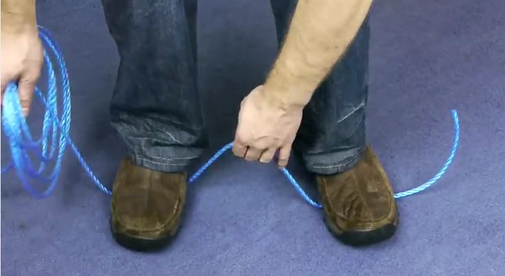 Une astuce incroyable pour couper une corde sans ciseaux! Un truc d'urgence, un truc de survie!