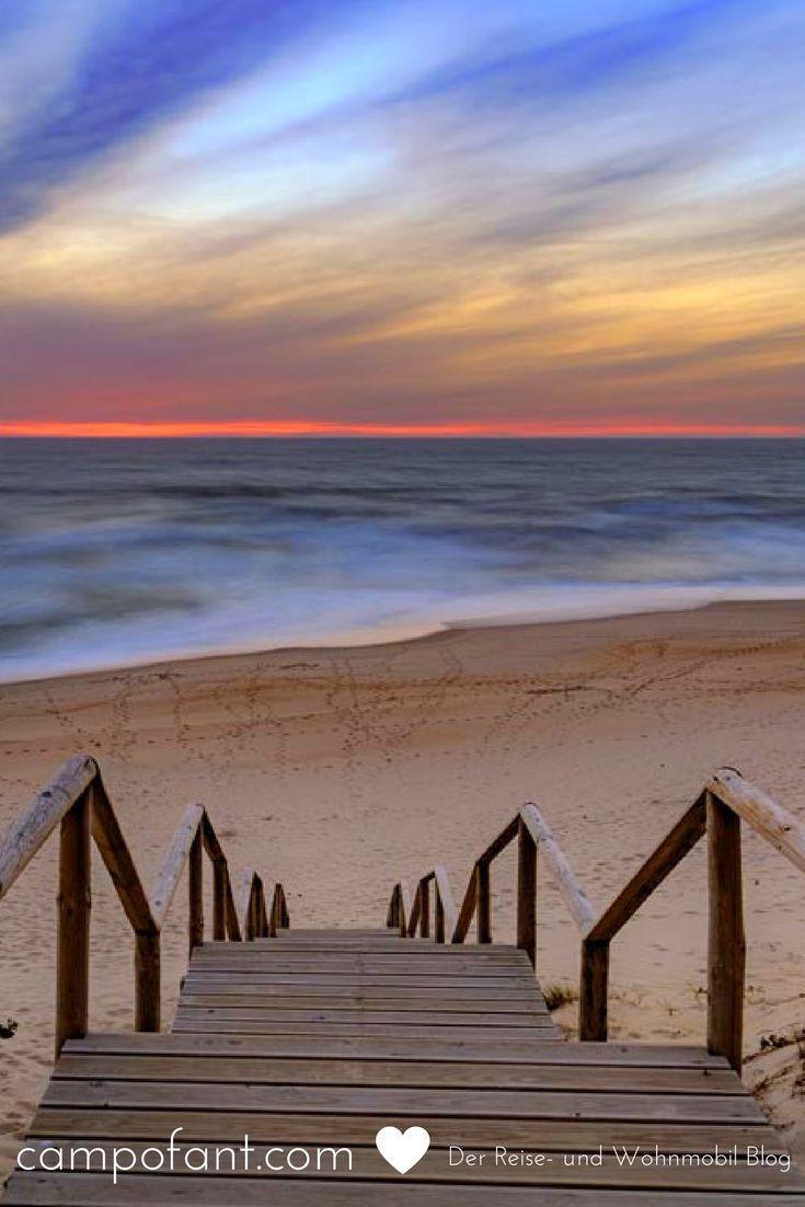Portugal - über eine kleine Treppe direkt zum einsamen Strand. Ein Sonnenuntergang, so wie wir ihn noch nie erlebt haben. In unserer Reisegalerie findest du noch mehr atemberaubende Fotos und Bilder unserer Langzeitreise.