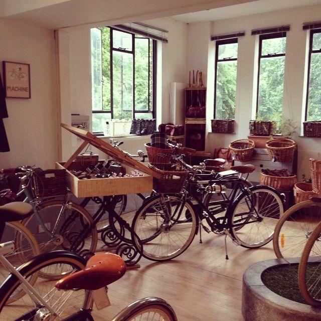 Showroom Snap... #pashleycycles #cremecycles #vanmoof #electrabicycle #johnnyloco #martone