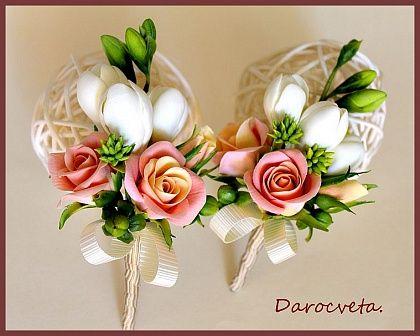 Брошь-бутоньерка из кустовых роз и фрезий