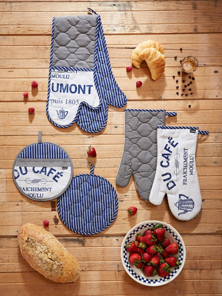 Set of two oven gloves.
