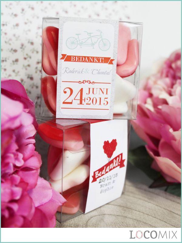 Candy Cubes zijn leuke trouwbedankjes voor jullie huwelijk! De transparante vierkantjes worden gevuld met het snoepgoed van jullie keuze zoals de lekkere loveharten op de foto! Om de Candy Cubes komt een gepersonaliseerde wikkel in het ontwerp van jullie keuze.
