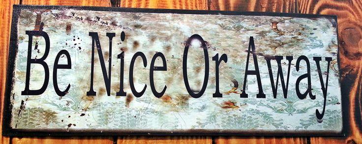 """Metalskilt med teksten: """"Be nice or away"""". #citat #quote #beniceofaway #viseord #læresætning #metalskilt #skilt #plantorama"""