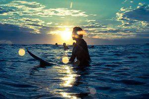 Aqui nessa pedra, alguém sentou para olhar o mar  O mar não parou para ser olhado   Foi mar pra tudo que é lado
