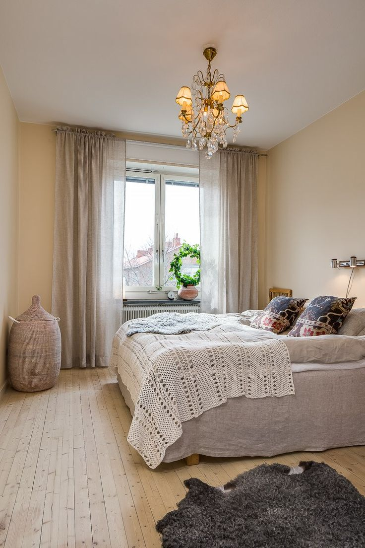 I really like our relaxed bedroom. The light colors in allmost the same tone gives it the peace and harmony a bedroom deserves. #bedroom #chandelier #afroart #murgröna #curtains