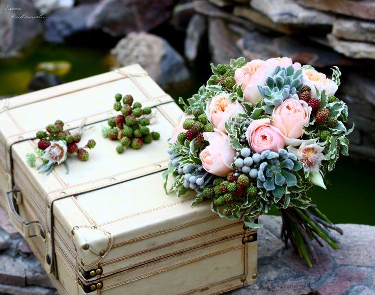 lflowersstudio.com/  Бутоньерки и букет невесты с пионовидными розами, суккулентами и ежевикой. Vintage