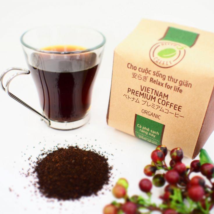 ベトナムプレミアムコーヒー ベトナム中部高原地帯バンメトートの豊かな赤土で栽培された  アラビカ種、カリ種を年間で最も旬な時期に摘み取りました。  更に厳選した豆をベトナム伝統的な方法を用い、粉枠・焙煎を行いました。  その深く、豊かな香りはHELLO5コーヒーのラインナップの中でも特に人気です。  HELLO 5 ORGANIC(オーガニック)の特徴である甘い香りは忍耐強く、  寛大で思いやりに満ちている風水五行「木」の方にお勧めします。   *40%アラビカ種、40%ロブスタ種、20%カリ種   enthanks.com