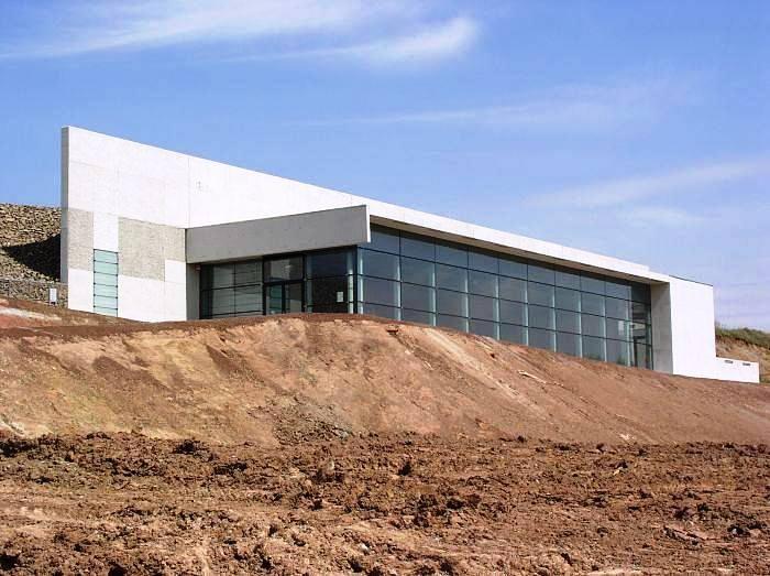 Muzeum paleontologiczne i park edukacyjny w Krasiejowie - Pawilon Paleontologiczny powstał z myślą o ochronie i ekspozycji znalezionych w Krasiejowie unikatowych skamieniałości triasowych gadów i płazów kopalnych, w postaci stanowiska dokumentacyjnego przeznaczonego do zwiedzania. Obiekt pawilonu oraz ściana oporowa zabezpieczająca skarpę to zintegrowana kompozycja przestrzenna. Ściana oporowa tworzy górny taras widokowy. Więcej na: http://sztuka-architektury.pl/index.php?ID_PAGE=8431