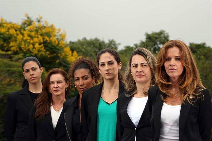 """Reconhecida por uma adolescente num shopping de Brasília, a policial federal Jane, de 46 anos (a segunda, da esquerda para a direita), ouviu o que achou um comentário ilustrativo, além de bem legal, sobre as mudanças comportamentais que vêm por aí. """"Quero ser policial que nem você"""". http://colunas.revistaepoca.globo.com/mulher7por7/2010/12/30/a-tropa-de-elite-de-mulheres-na-posse/"""