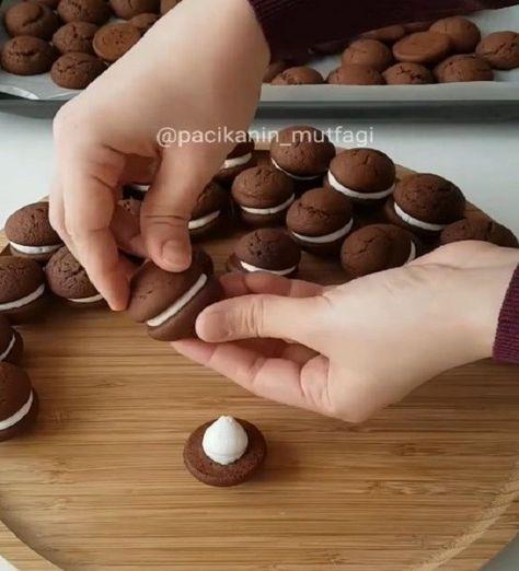 Hem küçüklere hem büyüklere Kurabiyeyle kek arası bir dokuya sahip bence çok güzel Arası hafif bir krema ve üzeri çikolatalı &#..