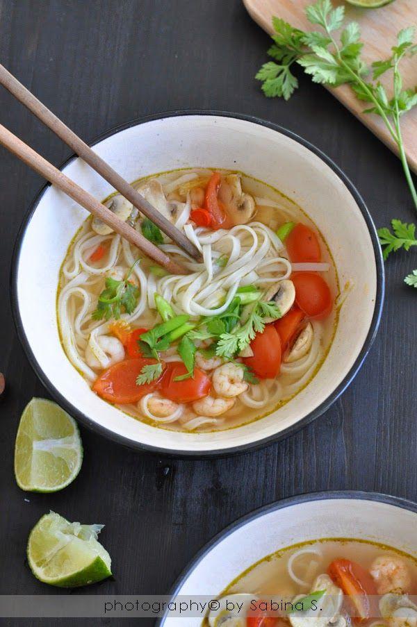 Zuppa agro-piccante con noodles di riso e gamberi-thailandia
