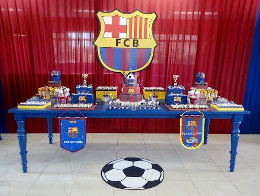 Quando a minha cliente pediu uma festa do time de futebol do Barcelona eu já imaginei que esta seria uma festinha super personalizada! Não deu outra. O resultado foi plotagens e ítens personalizado...