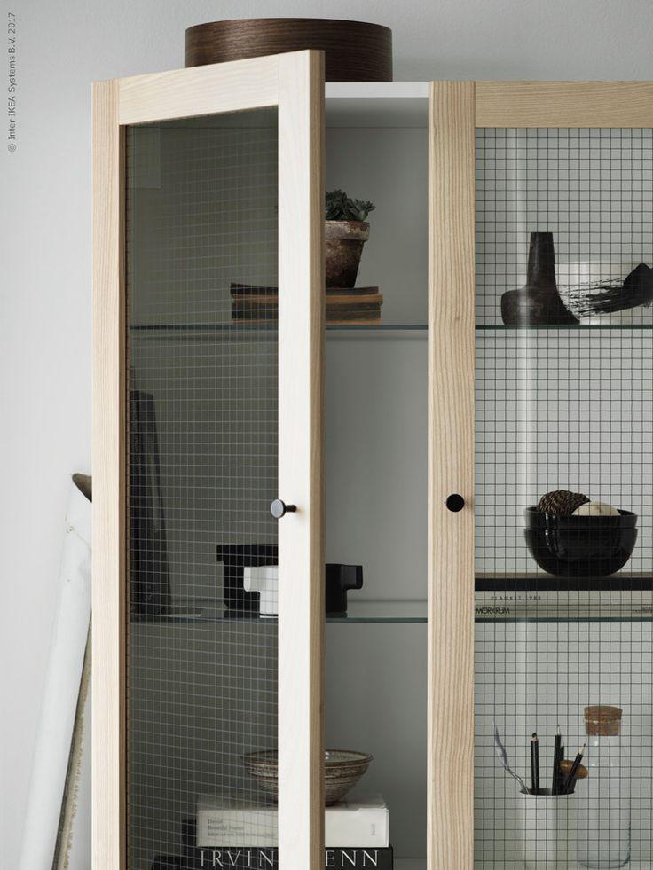 Jag skulle vilja påminna om de oändliga möjligheter som finns att skräddarsy en egen möbel. Här har vi gjort ett vägghängt skåp av METOD köksstomme och TORHAMN vitrindörr i massiv ask med sirligt trådbundet glas.