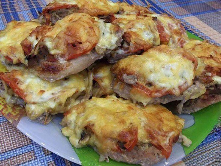 """""""Ceafa de porc în stil franțuzesc"""" este o variantă perfectă de înlocuire a șnițelului clasic. Se prepară mult mai repede, este foarte gustoasă și poate fi servită pe mesele festive. Rețeta este una deosebită, carnea se combină excelent cu ciupercile, cașcavalul și roșiile. Carnea de porc pregătită astfel, este foarte plăcută la gust, suculentă, ușor …"""
