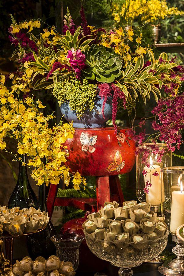 Taís Puntel criou uma decoração de casamento colorida e aconchegante no Contemporâneo 8076, que contou com muitas velas e alguns elementos aéreos.
