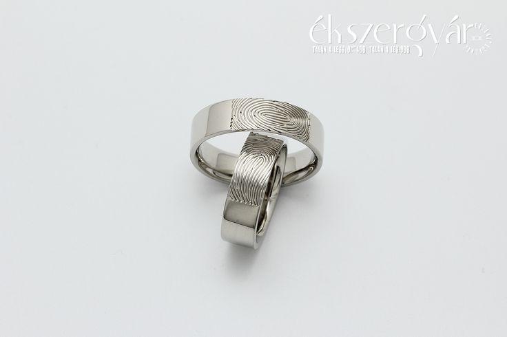 Zsuzsi és Vilmos ujjlenyomatos fehér arany jegygyűrűi