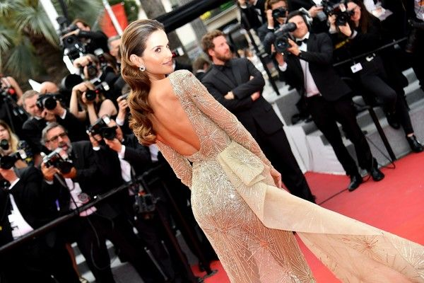 Brazilian model Izabel Goulart poses as she arrives on May 26, 2017 for the screening of the film 'L'Amant Double' (Amant Double) at the 70th edition of the Cannes Film Festival in Cannes, southern France.  / AFP PHOTO / Alberto PIZZOLI