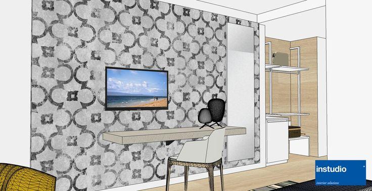 """Ristrutturazione delle camere per Hotel vista mare. Le immagini rappresentano la camera """"tipo"""" declinata poi nelle versioni con più posti letto. I colori caldi degli elementi d'arredo, con accenti color senape, rendono la stanza fresca e accogliente. Il guardaroba nell'area ingresso è realizzato da una parete attrezzata a elementi aperti."""