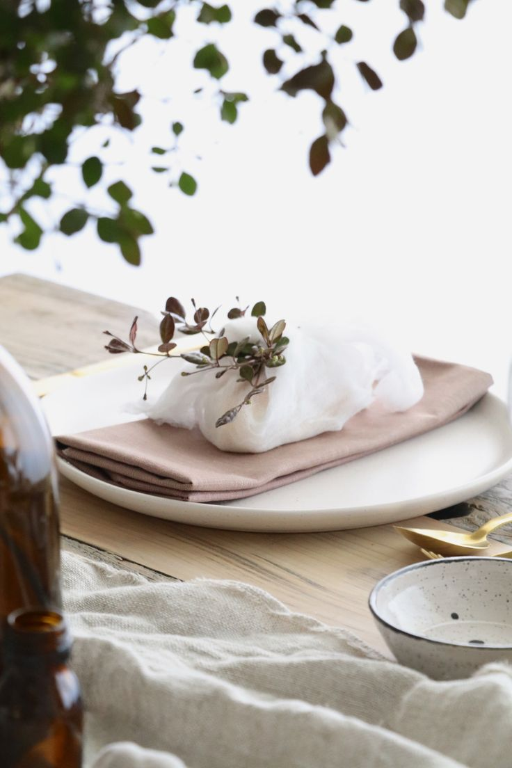 Styling your table for Christmas - the key is all in simple styling that's budget and time conscious. A relaxed, pared back aesthetic. #Christmas #Tablestyling