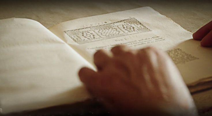 L'invention de l'imprimerie a révolutionné la diffusion du savoir dans le monde.   Un documentaire-fiction diffusé sur Arte qui relate la mise au point de l'imprimerie à caractères mobilesqui apparaît au cœur de l'Europe, entre Strasbourg et Mayence au XVe siècle. Derrière cette innovation, déterminante pour l'histoire de l'humanité, un nom revient obstinément : Gutenberg.   #adiffusiondusavoirdanslemonde. #AuXVesiècle #L'AVENTUREDEL'IM