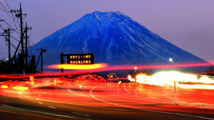 残照の中に浮かび上がる富士山。車のテールランプが彩りを添える。今年は雪の少なさも - Yahoo!ニュース(山梨日日新聞)