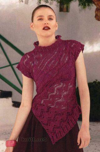 Ажурный пуловер винного цвета спицами, модель выполнена по косой, что образует диагональный силуэт.