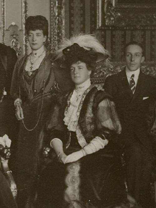 SM a Rainha D. Amélia de Portugal, com a Rainha Alexandra de Inglaterra e o rei Alfonso XIII de Espanha. Casa Real: Orleães e Bragança Editorial: Real Lidador Portugal Autor: Rui Miguel