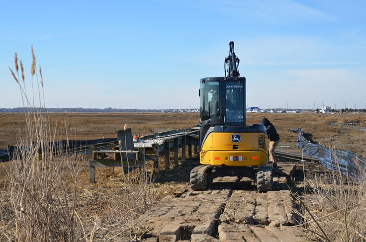 A small excavator is used which further minimalizes the impact on the marsh
