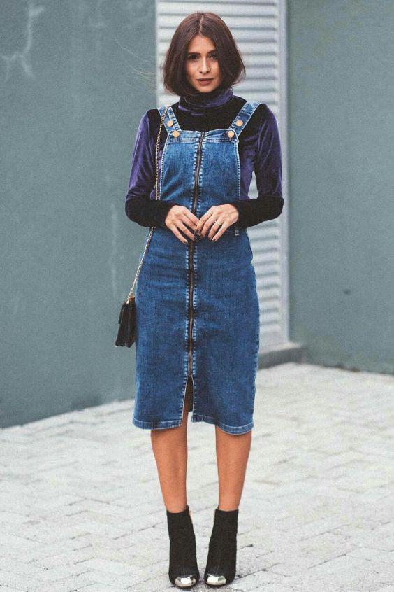 Vii Rocha, blusa de veludo com cola alta e manga, jardineira jeans, saia midi, botinha, ankle boot preta