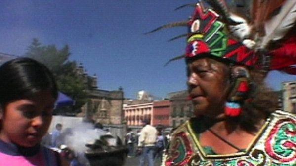 Judith, 10 ans, vit à Mexico, la capitale du Mexique. Sur la place centrale, le Zocalo, elle nous fait découvrir diverses traditions de son pays telles que le marchandage, l'artisanat et les danseurs traditionnels. Elle nous fait visiter aussi le Templo Mayor, un temple aztèque en ruine en plein coeur de la ville. Judith ne manque pas non plus l'occasion de nous montrer la basilique de la Vierge de la Guadeloupe, visitée par des milliers de pèlerins chaque année. Avec sa meilleure amie…