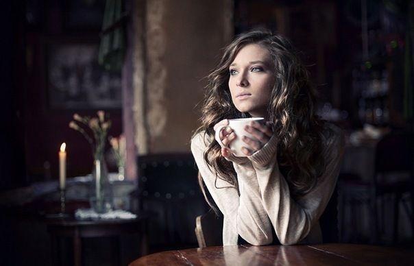 девушка в пледе с чаем - Поиск в Google