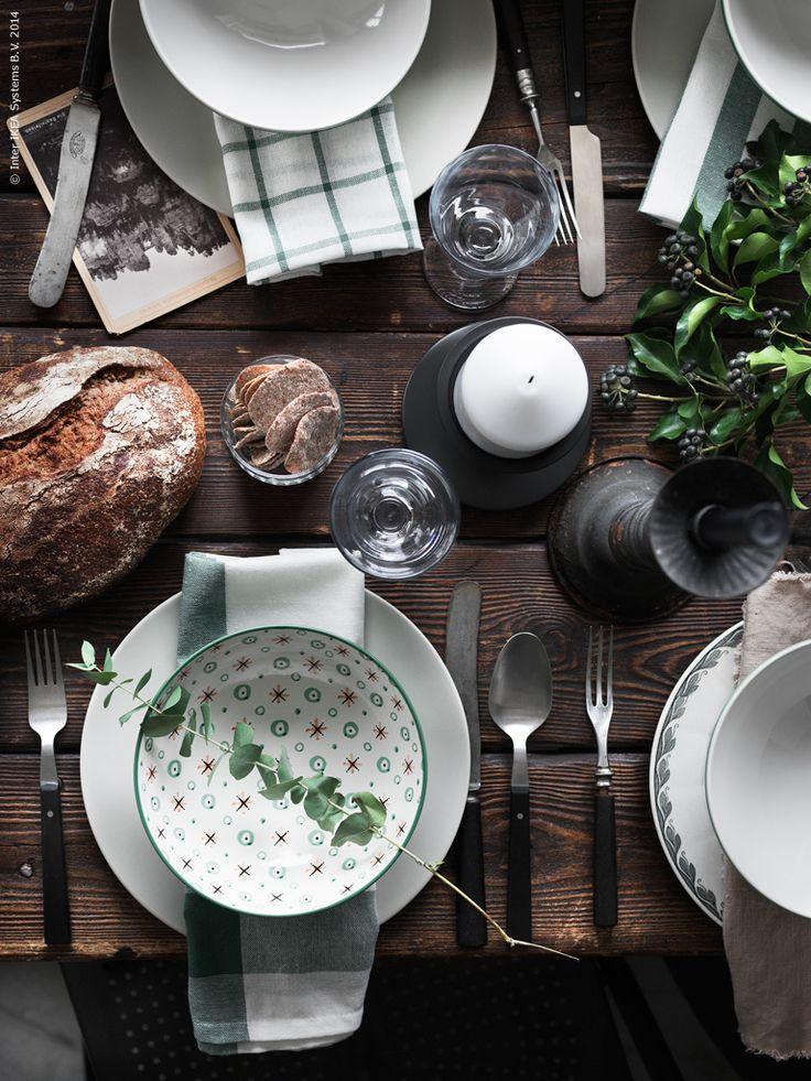 Bordet dukas upp med porslinet ENIGT med matchande grön dekor. DUKNING skål, DINERA tallrik, ELLY kökshandduk, RÄTTVIK vitvinsglas, ERSÄTTA blockljusstake, FRASERA glas, MOGEN bestick 24 delar, SOCKER vas.