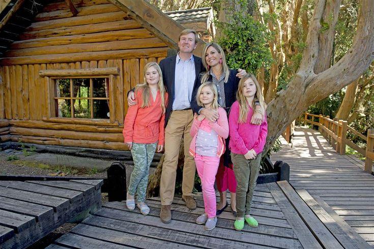 VILLA LA ANGOSTURA - De 'arrayán' bomen zijn heel uniek. Koning Willem-Alexander nam de tijd om zijn dochters uit te leggen op welke bijzondere plek ze waren voor de fotosessie en persontmoeting aan het begin van de kerstvakantie in Argentinië. Dit keer was daarvoor het nationaal park Bosque de Arrayanes uitgekozen. (Lees verder…)