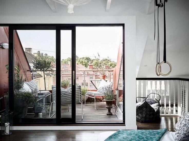 Этот потрясающий шведский дом выполнен в черно-белой цветовой палитре в сочетании с винтажными предметами, элементами дизайна и прекрасным использованием обоев