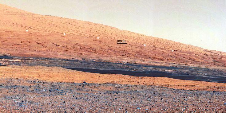 Marte, a colori -L'immagine mostra la stratificazione geologica delle pareti rocciose che si trovano nei pressi di Curiosity. Il segmento dei 100 metri fa anche comprendere le proporzioni del panorama, rispetto al punto in cui si trova il rover. foto: NASA