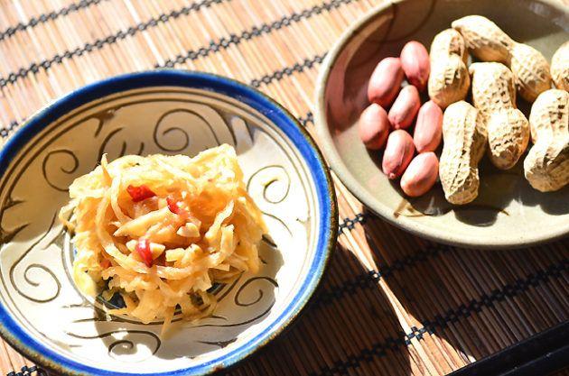 エスニック料理をおうちで作ったことはありますか? 手軽にエスニックお惣菜を食べたい、そんなときにおすすめ 材料をイチから揃えなくても自宅でエスニック風のお惣菜を気軽に作ることはできます。 1本あると便利なのが、魚醤。 マクロビオティックでは魚は日常的に摂る食材ではありませんが、魚醤は魚を塩漬けにし、発酵させたエキス。 アミノ酸やミネラルが豊富で、これがあれば自宅で様々なエスニック風の料理が楽しむことができます。 エスニック料理にかかせない魚醤、タイのナンプラーやベトナムのニョクマムも魚醤のひとつですが、日本にも数多くの魚醤があることはご存じですか?  代表的な魚醤は「しょっつる」 秋田県の伝統調味料で、「ハタハタ」という魚を原料にしています。 スーパーなどの食料品売り場ではおなじみの調味料ですので、目にした方は多いかもしれません。 魚醤は、その土地土地で良く獲れる魚を原料にしており、日本各地には数多くの魚醤が名産として売られています。 まだまだマイナーな調味料であることは否めませんが、この魚醤は立派な日本の伝統調味料でもあるのです。…