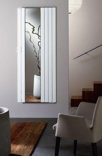 Plutôt classique, ce radiateur électrique à fluide caloporteur et doté d'un miroir est idéal dans une entrée, 54 teintes disponibles, 920 €, Acova