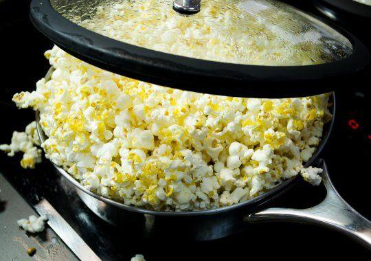 Cómo hacer palomitas de maíz en la estufa