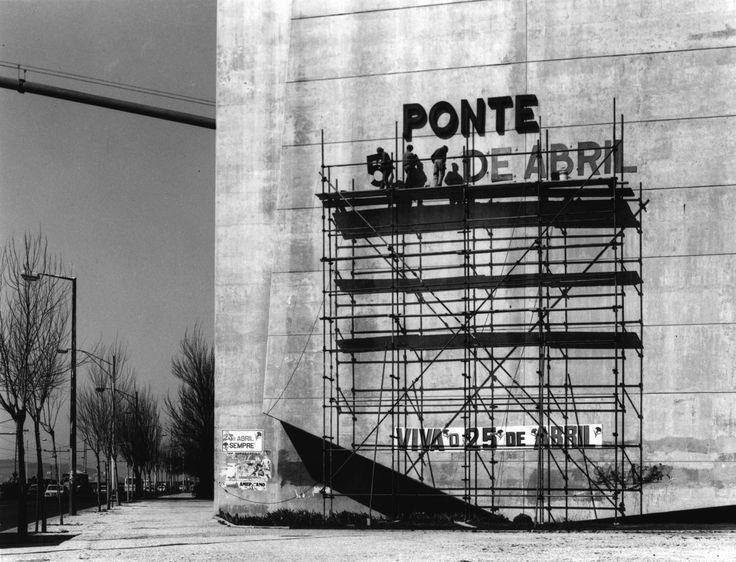 The Ponte (=bridge) 25 de Abril, formerly Ponte Salazar (Lisbon, Portugal, 1975) © Eduardo Gageiro * παρουσίαση / full feature