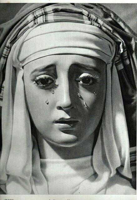 """Este es uno de los mejores primeros planos de la fotografía cofrade y una de las mejores fotos que se le han hecho a la bellísima Virgen de Montserrat. Está en el libro de Luís Ortiz Muñoz y Luís Arenas """"Semana santa en Sevilla"""", publicado en 1942"""